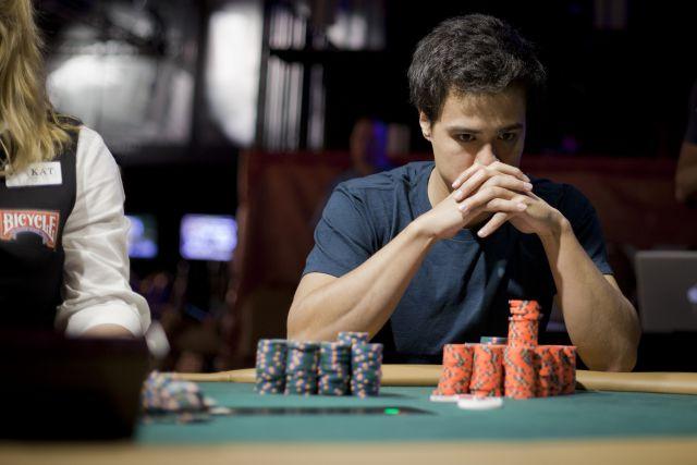 Игрок за покерным столом